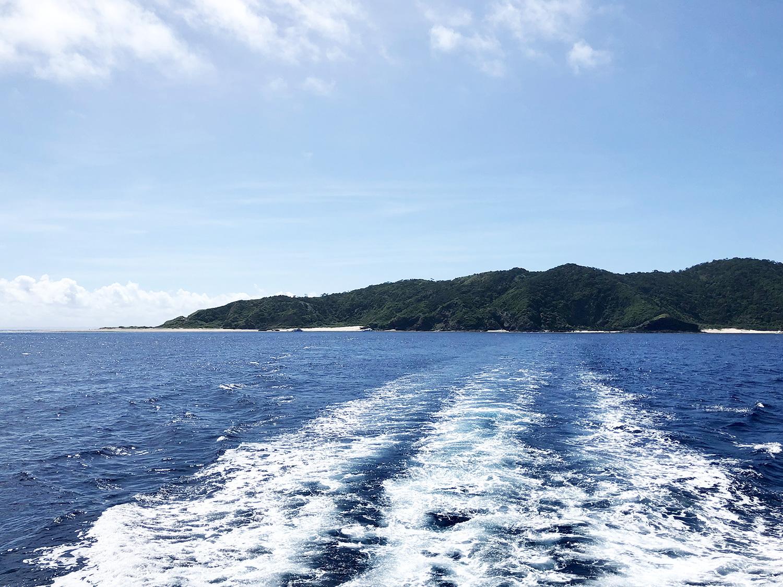 波を押し寄せて沖合に出る船